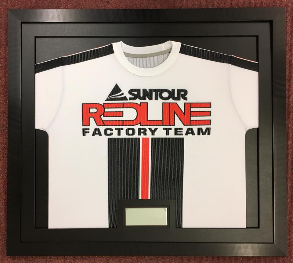 Suntour Redline Factory Team jersey in an all black frame with an all black mount
